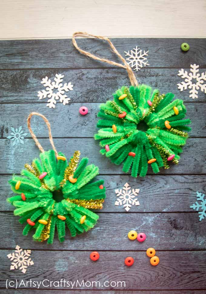 Looking for a last minute Christmas craft? This Pipe Cleaner Wreath Ornament will take all of 10 minutes to make!