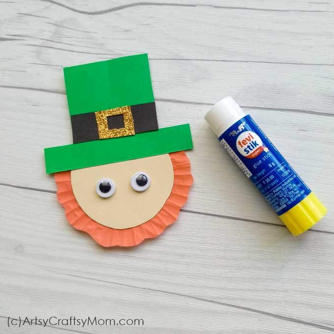 Kids will love this cute Leprechaun Popsicle Stick Craft that's perfect for St Patrick's Day! Use as bookmarks or place in your pen holder as quirky decor!
