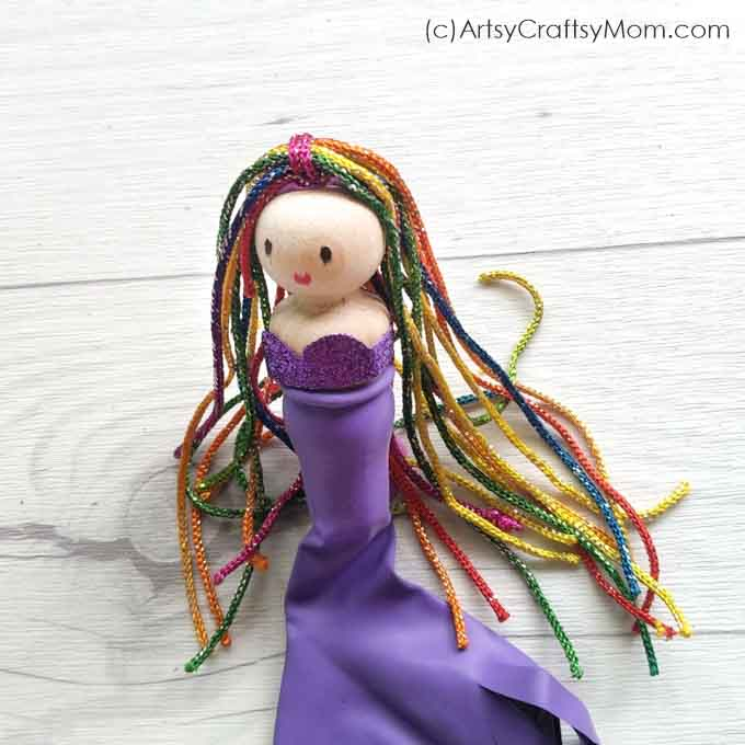 You don't need too many things to make this gorgeous Peg Doll Mermaid Craft! Dress up her in any color of your choice & get ready for lots of pretend play!
