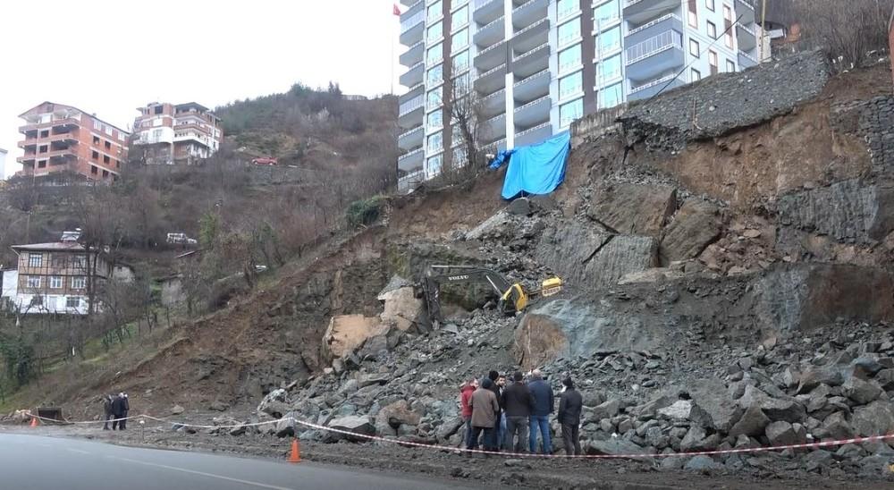 Artvin'de istinat duvarı çöken binada yaşayan 52 hane tahliye edildi
