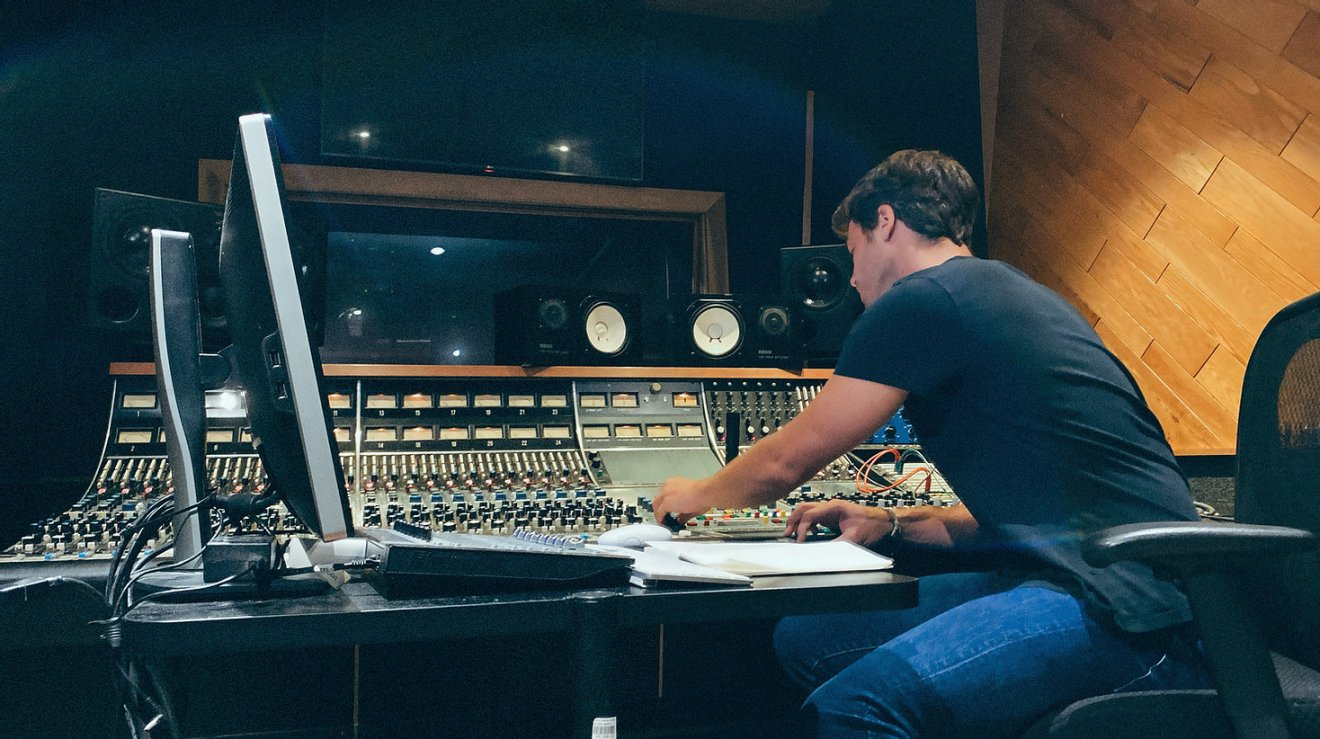 Vincent Lanty professional music producer and pianist in studio