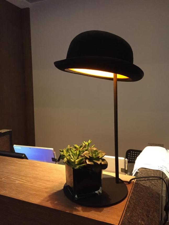 Un chapeau se référant au célèbre chapeau melon de René Magritte (1898-1967)