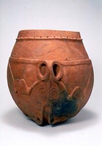平塚市博物館。縄文中期の有孔鍔付土器発酵酒を造る容器・正面のカエルに注目