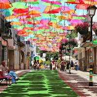 Guarda-chuvas coloridos encantam as ruas de Portugal