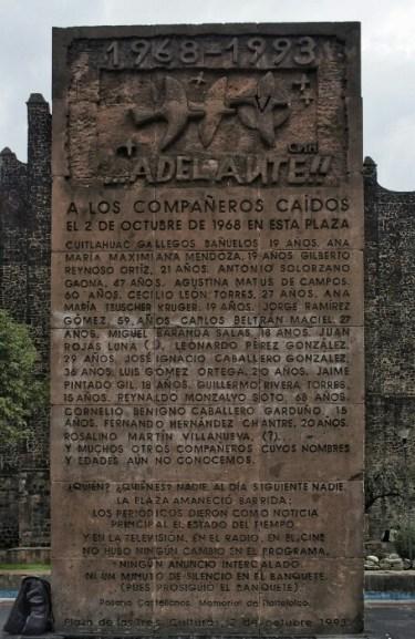 1968ko urriaren 2an Tlatelolcon izandako sarraskia gogoratzen duen monolitoa (Mexiko DF).