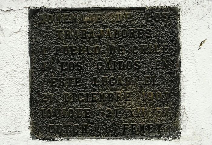 1907ko sarraskiaren monolitoko plaka. Iquique, Txile.