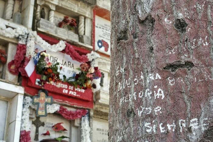 Victor Jararen hilobi zaharra: En nuestra memoria por siempre. Santiago, Txile.