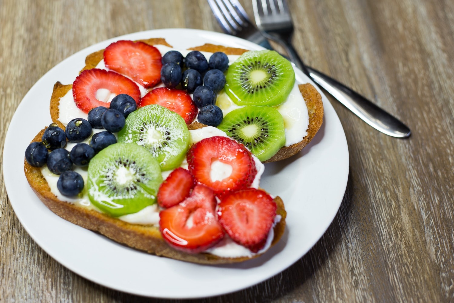 Fruit toast is super easy and super yummy! Enjoy for breakfast, as a snack, or serve as an appetizer! artzyfoodie.com