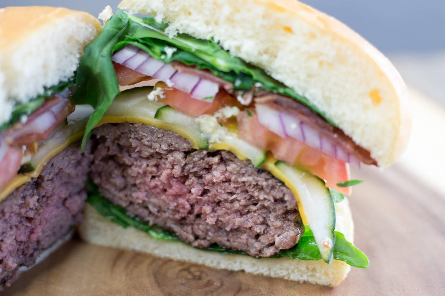 Celebrate Memorial Day with this juicy hamburger! artzyfoodie.com