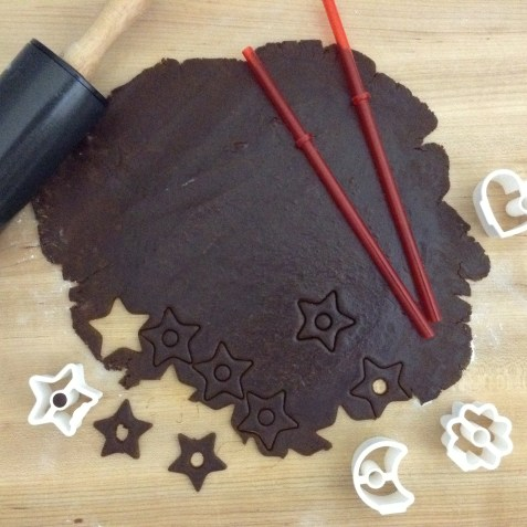 christmas-gingerbread-cookies-cutting-2