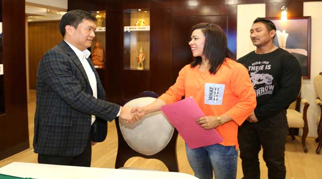 Female bodybuilder Paklu Taipodia calls on CM Pema Khandu