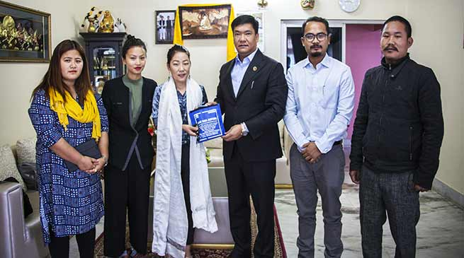 Arunachal: Khandu hands over Tata Sumo to United Charity