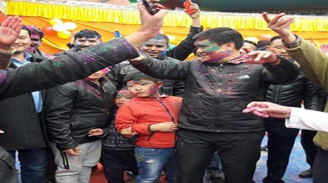 Arunachal CM celebrates Holi with traders community at Tawang