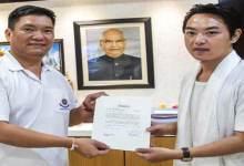 Arunachal: Pema Khandu felicitates artist Ogin Nayam