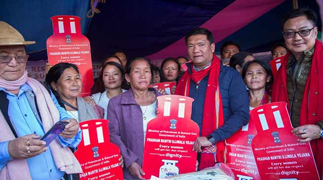 Arunachal : CM gives free LPG connections to the beneficiariesin Daporijo