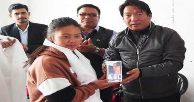 Arunachal: Tawang Admin distributes Smart phone to Girl students