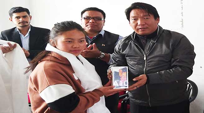 Arunachal: Tawang Admin distributes Smart phone to Girl students