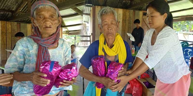 Arunachal: Donyi Yaro SHG distributes necessary assistance to Sigar and Raling village under NRLM