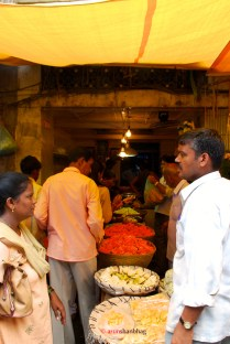 pictures of Vendors selling marigolds at at the Dadar Flower Market by Arun Shanbhag
