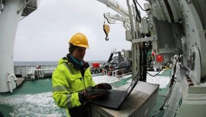 Jens Einar Bremnes programmerte USV før oppdraget og satte opp datainnsamlingsprogramvaren for lysmålinger Foto: NTNU