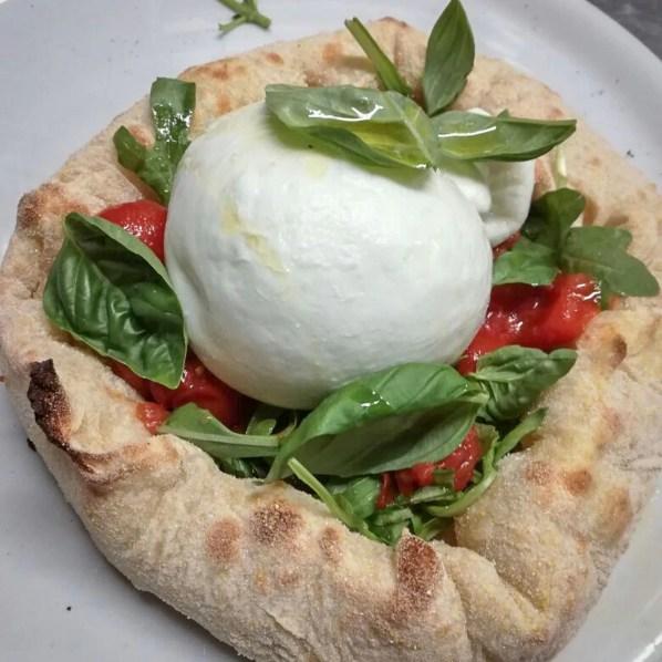 Cestino con Burrata dell'Agro Pontino e Pomodorino del Piennolo del Vesuvio DOP
