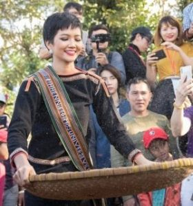 H'Hen Niê in traditional garments from the Ede Community. https://e.vnexpress.net/news/travel-life/beauty-queen-to-focus-on-preserving-ethnic-minority-traditions-3866609.html