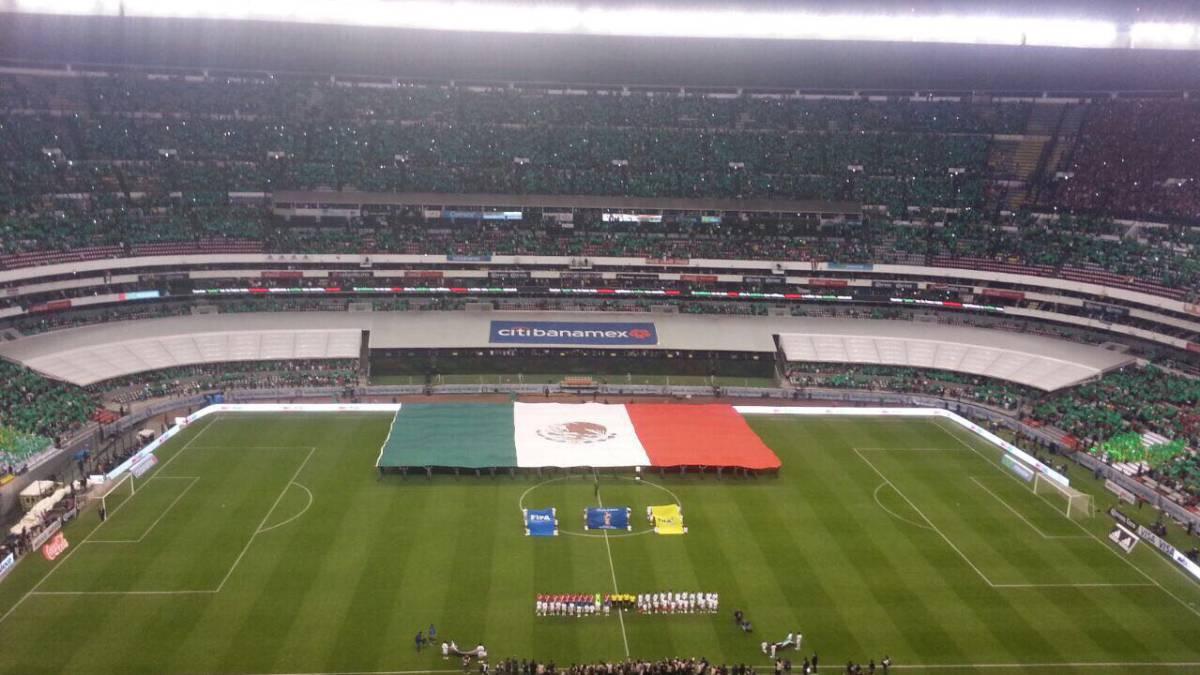 Mosaico Y Bandera Monumental Adornaron El Estadio Azteca