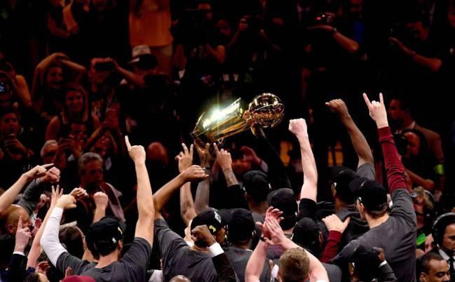 Los Cleveland Cavaliers celebran su primer campeonato de la NBA.