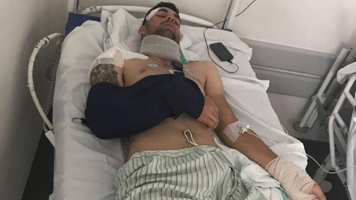 El ciclista Jesús Alberto Ruiz, en la camilla del hospital de Ciudad Real tras ser víctima de un atropello por parte de un camión.