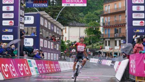 Ayuso asombra en el Giro: gana en la montaña y recupera el rosa