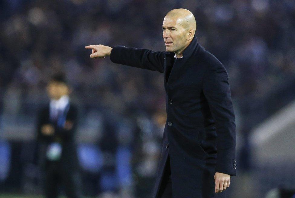 Zinedine Zidane da órdenes a sus jugadores.