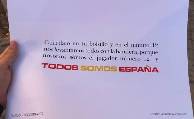 Reparto de banderas de España en los aledaños del Santiago Bernabéu antes del Real Madrid-Español.