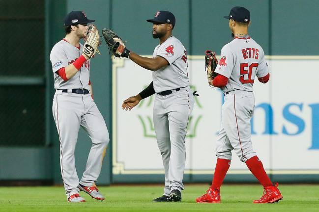 Los jugadores de los Boston Red Sox celebrando el triunfo 8-2 ante los Houston Astros en el juego 3 de la Serie de Campeonato de la Liga Americana.