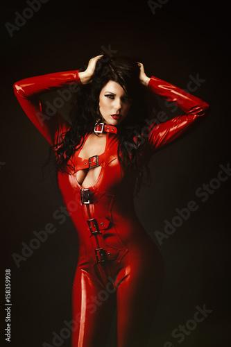 femme sexy en combinaison latex rouge