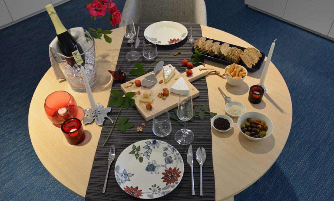 Houten tafel romantisch vleesbrood