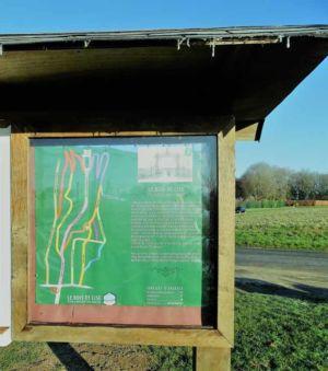 Plan sur le panneau d'affichage à l'entrée du Bois