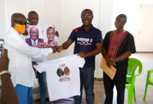 Photo of Poku Adusei donates T-shirts and posters to support NPP in Bekwai