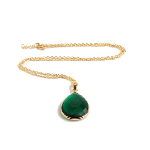 Halsband Maja Golden Emerald i guldpläterat silver och en grön sten i tillverkad kvarts likt smaragd