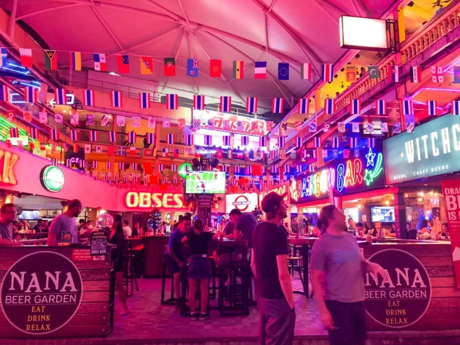 バンコクの歓楽街・ナナプラザ。