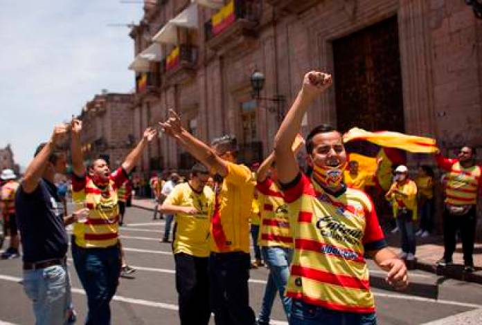 Morelia fans protest in Morelia (Mexico). Following the rumors of the Morelia move, dozens of fans protested that the team does not change its base (Photo: EFE / Ivan Villanueva)