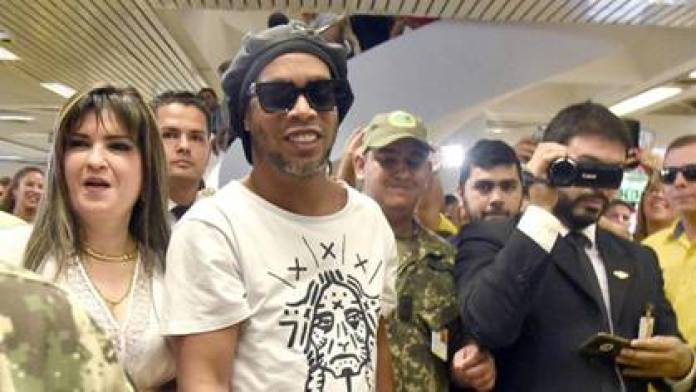 Dalia López, a fugitive and with an international arrest warrant, was the one who received Ronaldinho on his arrival in Asunción.