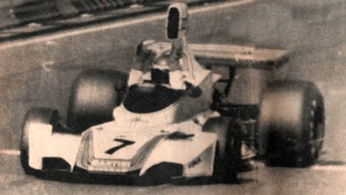 The quality is not good, but it is worth the testimony: Reutemann raises both arms to celebrate his triumph (CORSA Archive).