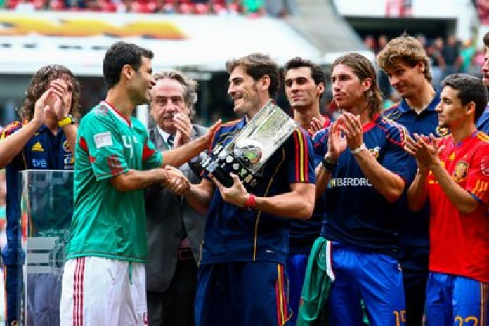 Rafael Márquez presented Iker Casillas with recognition for winning the 2010 South African World Cup (Photo: Isaac Esquivel / Cuartoscuro)