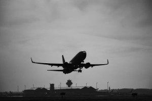 Un avión despegando