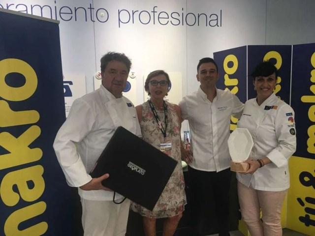 La chef María Salinas entrega el Geoplato a Alvaro Salazar