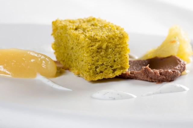 Chocolate con crema de pera y bizcocho de pistacho
