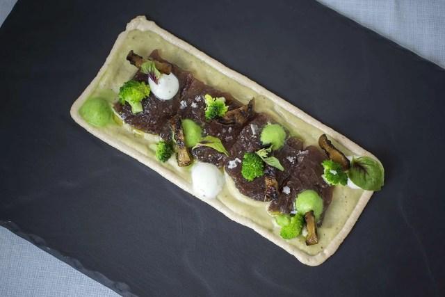 Crema de berenjena ahumada y brócoli sobre bonito marinado
