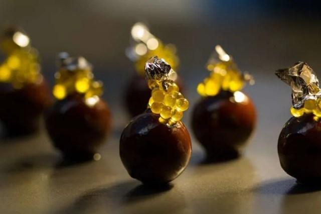 Bombones líquidos de chocolate con caviaroli