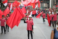 Children of workers gamely perform ass flag dancers in support of their parents' call for higher wages and social services for the poor.