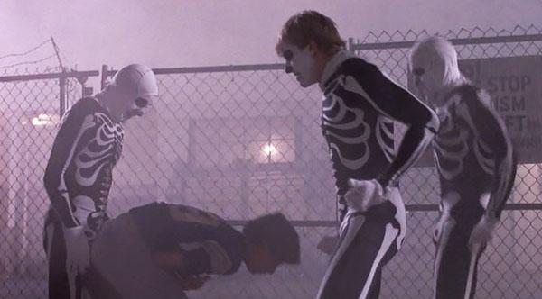 Daniel siendo golpeado